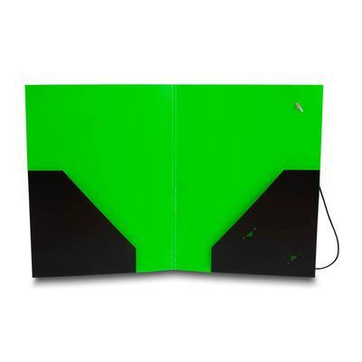 Grüne Mappe mit schwarzen Taschen links und rechts